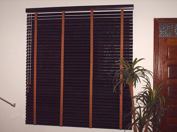 Persiana horizontal em madeira natural.